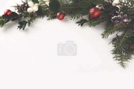 Photo pour Vue de dessus de la branche de sapin de Noël avec boules de Noël, gui et cônes de pin, isolé sur blanc - image libre de droit