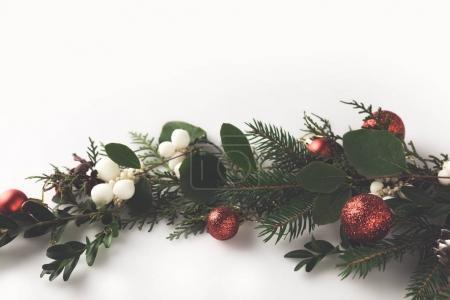 Photo pour Vue de dessus de la branche de sapin de Noël avec les boules de Noël, le GUI et pin cônes, isolé sur blanc - image libre de droit