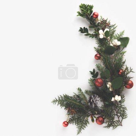 Photo pour Vue de dessus des branches de sapin de Noël, boules de Noël et cônes de pin, isolé sur blanc - image libre de droit