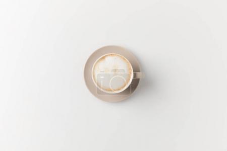 Photo pour Vue de dessus de tasse de délicieux latte sur la surface blanche - image libre de droit