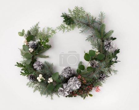 Photo pour Guirlande de Noël faite de branches de sapin, pommes de pin et GUI, isolé sur blanc - image libre de droit