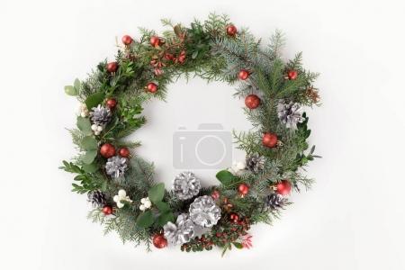 Photo pour Vue de dessus de guirlande de Noël faite de branches de sapin, des boules de Noël et des pommes de pin, isolés sur blanc - image libre de droit
