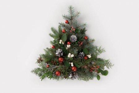 Foto de Vista superior del árbol de Navidad hecho de ramas de abeto, bolas de Navidad y piñas, aislados en blanco - Imagen libre de derechos