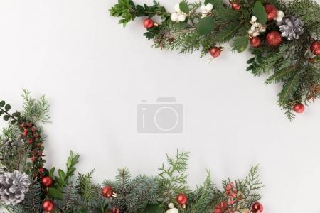 Photo pour Vue de dessus du cadre de Noël en branches de sapin, boules de Noël et cônes de pin, isolé sur blanc - image libre de droit