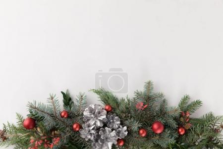 Photo pour Vue de dessus des branches de sapin de Noël avec boules de Noël et cônes de pin, isolé sur blanc avec espace de copie - image libre de droit