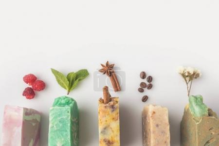 Photo pour Vue de dessus du savon fait maison avec des ingrédients différents sur la surface blanche - image libre de droit