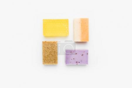 Photo pour Vue de dessus du savon artisanal coloré sur la surface blanche - image libre de droit