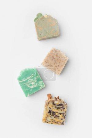 Photo pour Vue de dessus du savon naturel artisanal divers sur la surface blanche - image libre de droit