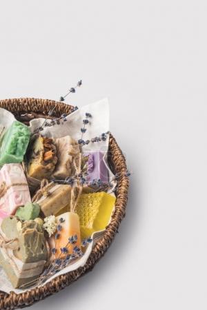 Photo pour Gros plan tiré de différent savon artisanal dans un bol sur la surface blanche - image libre de droit