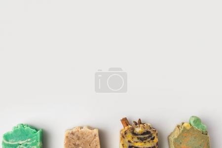 Photo pour Vue de dessus de divers savon artisanal avec espace de copie sur la surface blanche - image libre de droit