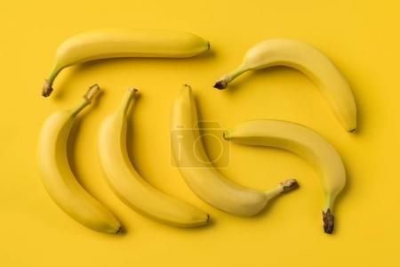 Foto de Vista superior de plátanos dulces maduros aislados en amarillo - Imagen libre de derechos