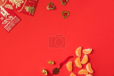 Photo pour Vue de dessus des cartes de vœux chinois avec calligraphie, les mandarines et les décorations orientales isolées sur rouge - image libre de droit