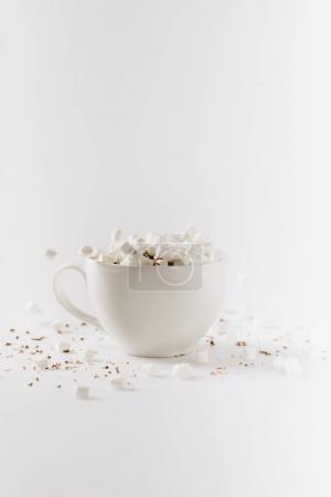 Photo pour Aromatique cacao chaud avec des guimauves en coupe, isolé sur blanc - image libre de droit