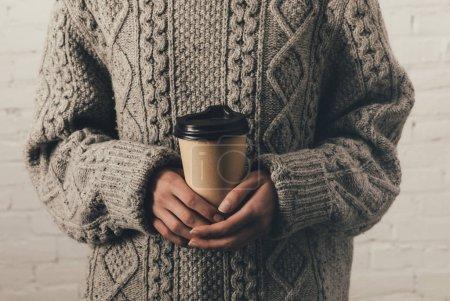 Photo pour Vue recadrée de femme en pull tenant café pour aller - image libre de droit