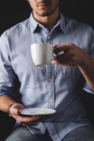 Photo pour Recadrée de l'homme en chemise, boire du café - image libre de droit