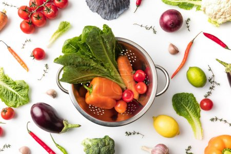 Photo pour Vue de dessus d'une passoire avec les légumes isolé sur blanc - image libre de droit