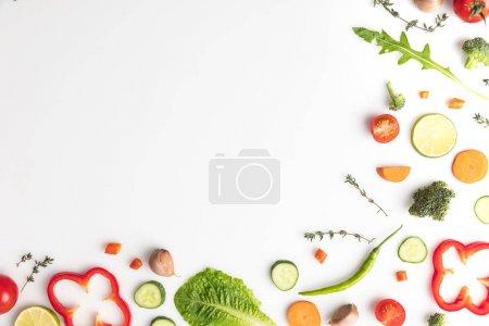 Photo pour Vue de dessus de légumes divers coupés isolé sur blanc - image libre de droit