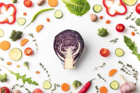 Photo pour Vue de dessus de la moitié des choux rouges en cercle de légumes coupés isolé sur blanc - image libre de droit