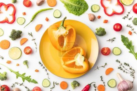 Foto de Vista superior de pimiento amarillo cortado en un plato aislado en blanco - Imagen libre de derechos