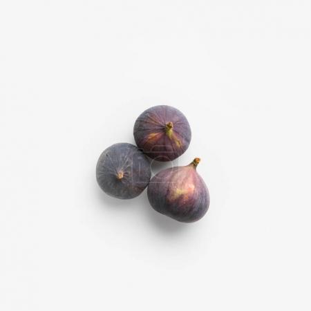 Photo pour Figues fraîches mûres isolés sur blanc - image libre de droit