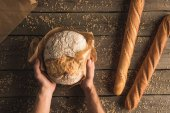 "Постер, картина, фотообои ""буханка хлеба в руках и багеты"""