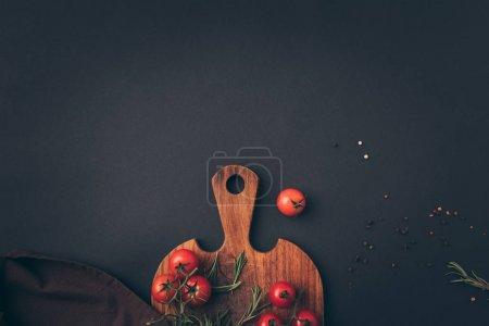 Photo pour Vue de dessus des tomates cerises et de fenouil sur table gris - image libre de droit
