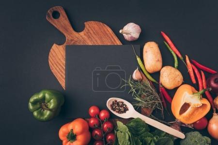 Photo pour Vue de dessus de tableau noir sur une table en bois avec les légumes sur la table gris - image libre de droit