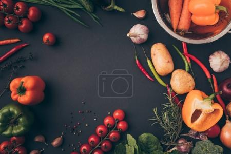 Foto de Vista superior de colores vegetales maduros en superficie gris - Imagen libre de derechos
