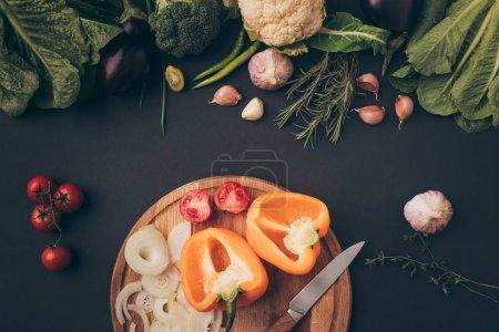 Photo pour Vue de dessus des légumes verts et les poivrons sur une planche en bois sur gris - image libre de droit