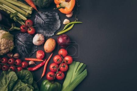 Foto de Vista superior de hortalizas de colores en la tabla gris - Imagen libre de derechos