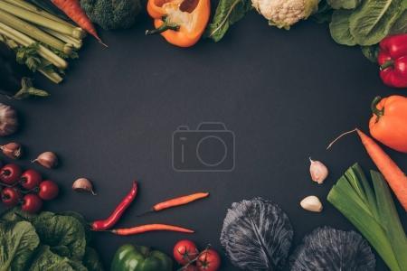 Photo pour Vue de dessus de légumes mûrs sur table gris - image libre de droit