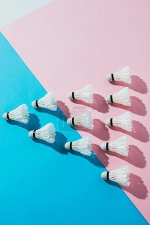 Foto de Vista superior de la composición con volantes de bádminton en azul y rosa - Imagen libre de derechos