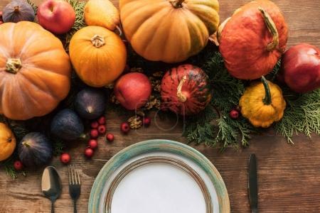 Photo pour Vue du dessus de la table avec un beau décor d'automne sur une table en bois - image libre de droit
