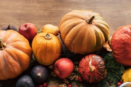 Photo pour Composition de divers fruits et légumes d'automne comme décor de table de vacances - image libre de droit