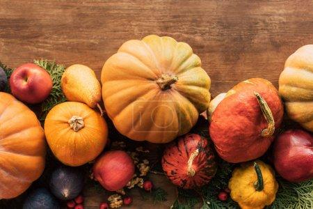 Photo pour Vue du dessus des fruits et légumes récoltés à l'automne - image libre de droit