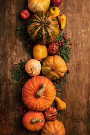 Foto de Vista superior de varias frutas y verduras como decoraciones de otoño - Imagen libre de derechos