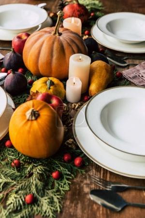 Photo pour Gros plan sur le cadre élégant de la table avec un beau décor d'automne - image libre de droit