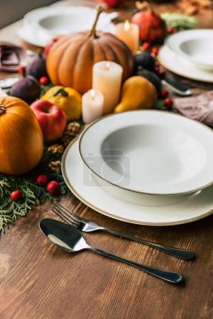 Photo pour Gros plan du décor de table avec une belle décoration d'automne sur une table en bois - image libre de droit