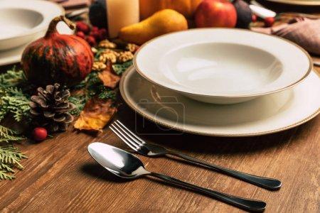 Photo pour Gros plan du décor de table avec une belle décoration d'automne - image libre de droit