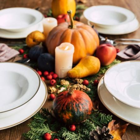 Photo pour Gros plan de paramètre table avec beaux fruits et légumes de décoration automne - image libre de droit