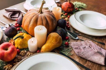 Photo pour Cadre de table avec belle décoration d'automne et bougies - image libre de droit