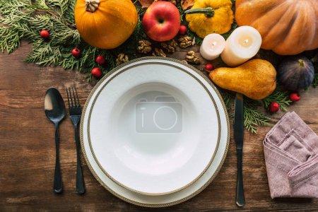 Photo pour Vue du dessus de la table avec un beau décor d'automne - image libre de droit