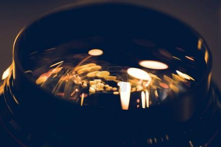 Foto de Primer tiro de luces oro reflejo en la lente de cristal - Imagen libre de derechos