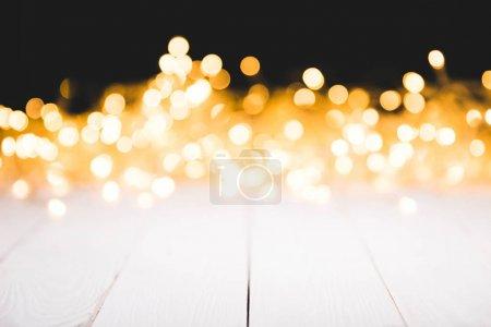 Foto de Bokeh festiva luces de fondo madera blanco de la superficie, Navidad - Imagen libre de derechos