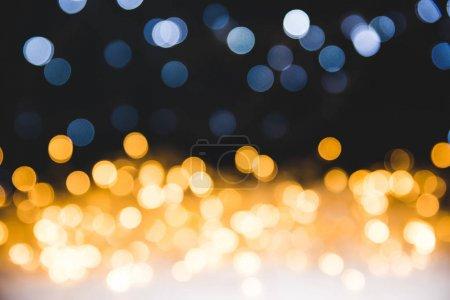 Foto de Luces de Navidad oro bokeh sobre fondo oscuro - Imagen libre de derechos