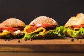 """Постер, картина, фотообои """"заделывают бутерброды с сыром и овощами"""""""