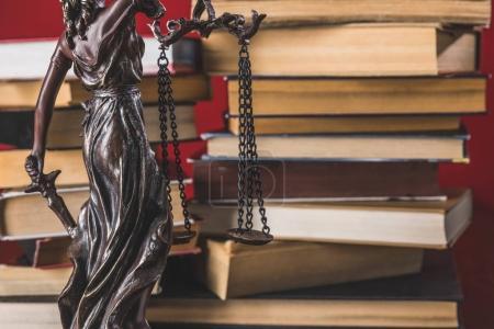 Photo pour Justice de Dame statue sur une table en bois avec des livres, notion de droit - image libre de droit