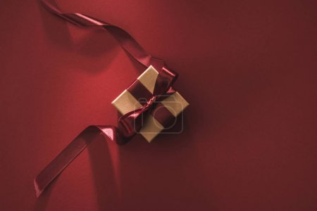 Foto de Vista superior de la caja de regalo con cinta festiva en rojo - Imagen libre de derechos