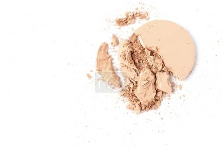 Photo pour Cercle fissuré de poudre cosmétique isolé sur blanc - image libre de droit