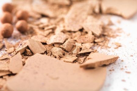 Photo pour Gros plan de poudre cosmétique nue broyée sur blanc - image libre de droit